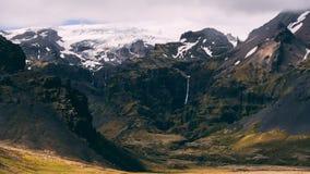 Красивый исландский пейзаж при ледник и злаковик, предусматриванные в облаках живописных Стоковая Фотография RF