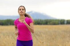 Красивый испанский женский бегун стоковые фотографии rf