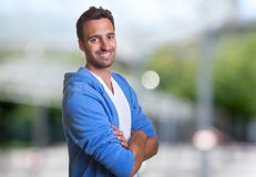 Красивый испанский человек при hoodie смотря камеру Стоковая Фотография RF