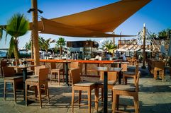 Красивый и уютный бар пляжа рядом с океаном стоковые фото
