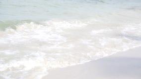 Красивый и чистый белый песок на пляже hua-Hin, Таиланде - волне крупного плана акции видеоматериалы