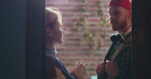 Красивый кавказские парень и девушка flirting смотрящ один другого в глазе видеоматериал