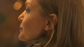 Красивый кавказский женский идя конец-вверх города вечером, наслаждаясь прогулкой, стиль сток-видео