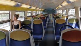 Красивый кавказский женский турист самостоятельно едет в пустом метро кабины и смотрит вне окно r сток-видео