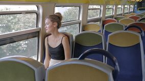 Красивый кавказский женский турист самостоятельно едет в пустом метро кабины и смотрит вне окно ?? ?? акции видеоматериалы
