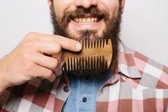 Красивый кавказский конец человека вверх с смешной бородой гребня усика Стоковые Фото
