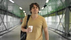 Красивый кавказский человек идя с кофе акции видеоматериалы