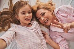 Красивый как ее мать Автопортрет взгляд сверху детенышей привлекает Стоковое Фото