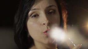 Красивый, кальян молодой женщины куря Привлекательная девушка куря приправленный табак видеоматериал