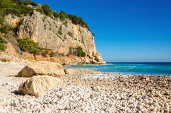 Красивый каменистый пляж, Golfo di Orosei, Сардиния, Италия стоковые фото