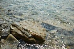 Красивый камень в воде моря Стоковое Изображение RF