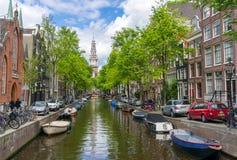 Красивый канал в красном районе, Амстердаме Стоковые Изображения