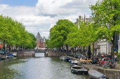 Красивый канал в красном районе, Амстердаме Стоковое Изображение