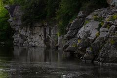 Красивый каньон Fjadrargljufur с рекой и большими утесами Bucky каньон голодает река стоковые изображения