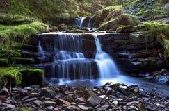 Красивый каскадируя водопад, Nant Bwrefwy, верхнее Blaen-y-Glyn Стоковые Изображения RF