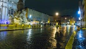 Красивый квадрат Navona аркады в Риме к ноча стоковая фотография