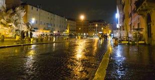 Красивый квадрат Navona аркады в Риме к ноча стоковое изображение