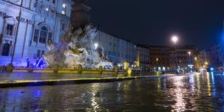 Красивый квадрат Navona аркады в Риме к ноча стоковое изображение rf