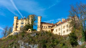 Красивый классический замок на холме стоковые фото