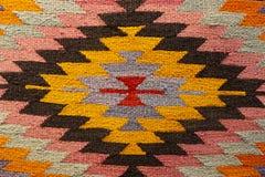 Красивый ковер Востока на большом благотворительном базаре стоковое фото