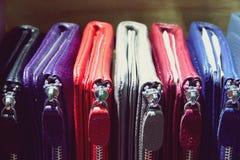 Красивый кожаный конец предпосылки моды бумажника вверх стоковые изображения rf