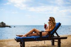Красивый коктеиль mojito питья женщины бикини на пляже Стоковая Фотография