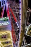 Красивый конец вверх красочных светов колеса carousel стоковая фотография