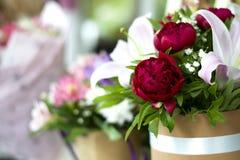 Красивый конец-вверх лилий в букете Букет красивых лилий с весной цветет в букете Чувствительные clos белых лилий Стоковые Фотографии RF