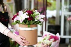 Красивый конец-вверх лилий в букете Букет красивых лилий с весной цветет в букете Чувствительные clos белых лилий Стоковое фото RF