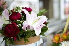 Красивый конец-вверх лилий в букете Букет красивых лилий с красными пионами в букете Чувствительный конец-вверх белых лилий Стоковое Изображение RF