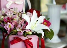Красивый конец-вверх лилий в букете Букет красивых лилий с красными пионами в букете Чувствительный конец-вверх белых лилий Стоковые Фото