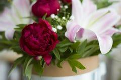 Красивый конец-вверх лилий в букете Букет красивых лилий с красными пионами в букете Чувствительный конец-вверх белых лилий Стоковые Изображения RF