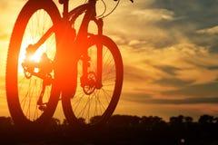 Красивый конец вверх по сцене велосипеда на заходе солнца, Стоковое Изображение RF