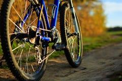 Красивый конец вверх по сцене велосипеда на заходе солнца, Стоковое Фото