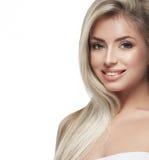 Красивый конец портрета белокурых волос стороны женщины вверх по студии на белых длинных волосах Стоковые Фото