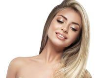 Красивый конец портрета белокурых волос стороны женщины вверх по студии на белых длинных волосах Стоковые Изображения