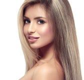 Красивый конец портрета белокурых волос стороны женщины вверх по студии на белых длинных волосах Стоковая Фотография RF
