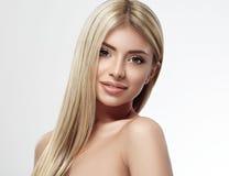 Красивый конец портрета белокурых волос стороны женщины вверх по студии на белых длинных волосах Стоковая Фотография