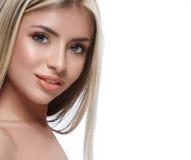 Красивый конец портрета белокурых волос стороны женщины вверх по студии на белых длинных волосах Стоковое Изображение RF