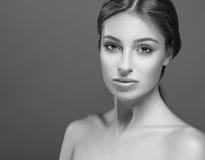 Красивый конец стороны женщины вверх по студии черно-белой Стоковые Изображения RF