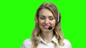 Красивый консультант центра телефонного обслуживания на зеленом экра видеоматериал