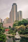 Красивый контраст между зелеными деревьями и зацветая зданиями цветка и высоких подъема в саде Nan Lian в Hong стоковые фотографии rf