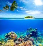 Красивый коралловый риф на предпосылке малого острова Стоковое Изображение RF
