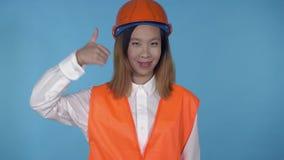 Красивый корейский женский построитель показывает жест рукой как акции видеоматериалы