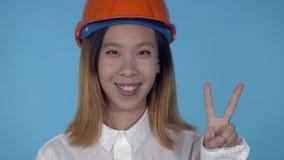 Красивый корейский счастливый выигрыш жеста показа построителя сток-видео