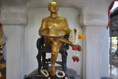 Красивый король Таиланд статуи золота Rama 5 Стоковые Изображения RF