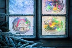 Красивый коттедж пряника в замороженном окне для рождества Стоковые Изображения RF