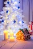 Красивый коттедж пряника на белой таблице для рождества Стоковое фото RF