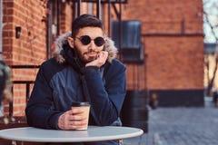 Красивый кофе молодого человека выпивая outdoors стоковое изображение rf