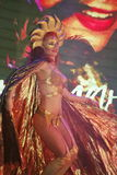 Красивый красный ассистент ` s волшебника девушки Illusionist волшебника маэстро показывает на сцене дизайна интерьера Стоковая Фотография RF
